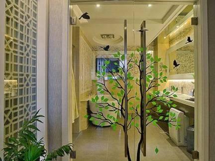 现代简约风格别墅卫生间平开式玻璃门装修设计