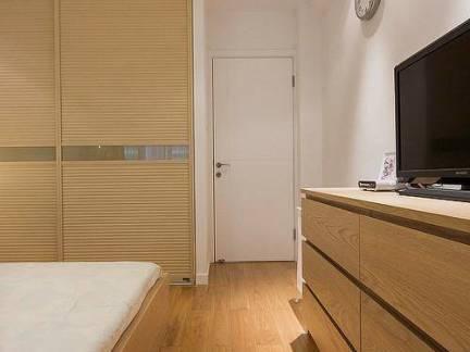 小户型卧室原木色衣柜装修设计