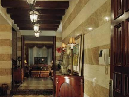 美式风格别墅走廊装饰柜吊顶装修设计