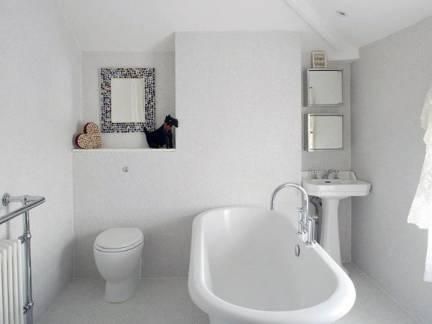 北欧小型淋浴间浴缸装修设计