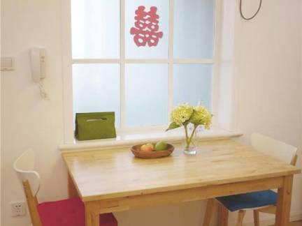 简约温馨婚房餐厅餐桌效果图欣赏