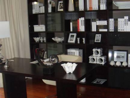 中式风格复式楼书房实木书桌书柜装修设计