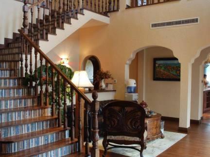 复古欧式风格别墅实木楼梯装修设计