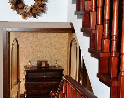 美式风格别墅实木楼梯扶手装修效果图