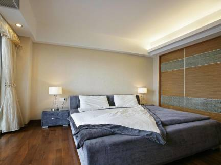 现代简约卧室米色窗帘装修效果图