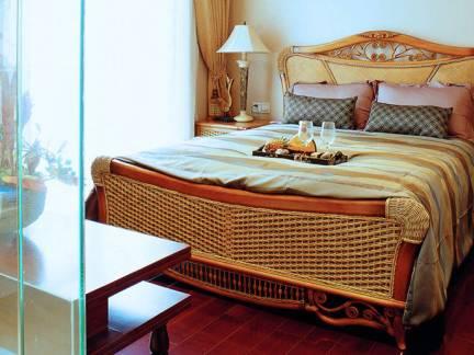 神秘东南亚风情卧室床头柜效果图