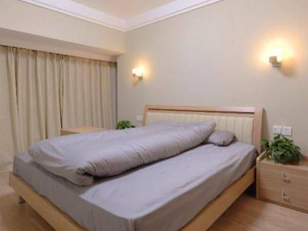 日韩风格复式楼卧室实木床头柜装修设计