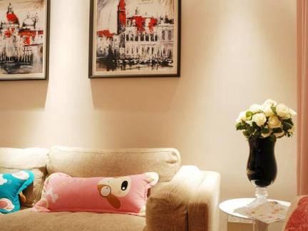 简约两室两厅客厅墙面挂画装修设计