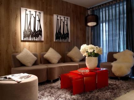 115平米三室一厅个性红色茶几装修设计