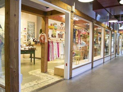 国外品牌童装店门口设计效果图片