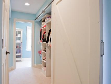 美式风格别墅衣帽间实木单开门装修设计