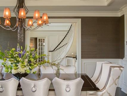 欧式精致复式楼餐厅橙色吊灯设计案例