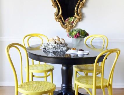 简欧风格小户型餐厅黑色圆形餐桌装修设计