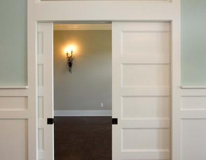美式风格公寓入门白色实木移门装修设计