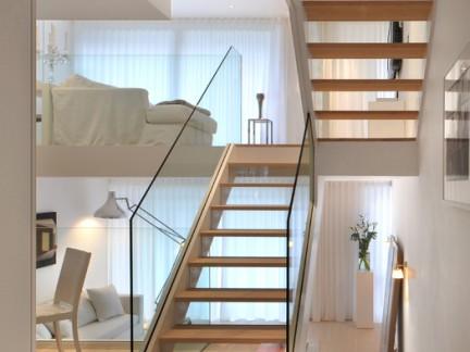 韩式风格跃层实木楼梯踏板装修效果图