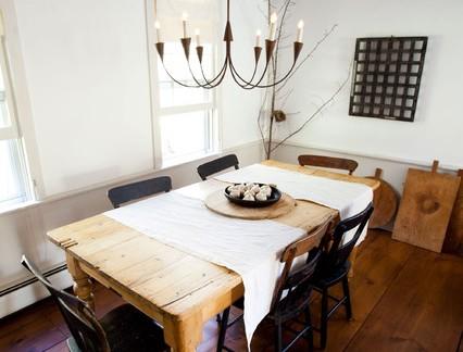 后现代风格木屋餐厅原木色餐桌装修设计