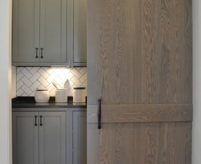 后现代别墅厨房储藏室移门装修设计
