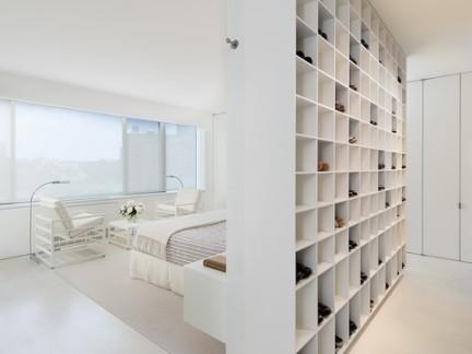 简约大气白色卧室隔断柜设计特效