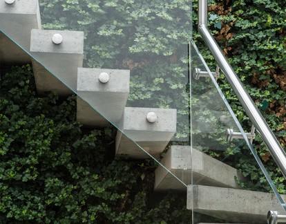 独栋别墅室外楼梯玻璃护栏效果图