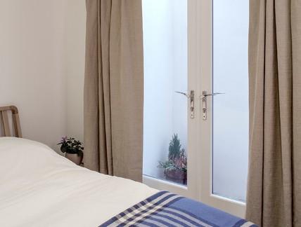 美式风格自建房卧室玻璃双开门装修设计