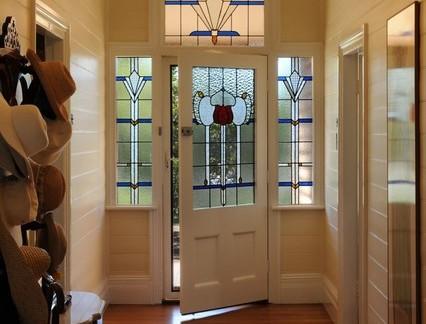 美式风格套房入门玻璃单开门装修设计