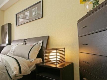 咖啡色现代简约卧室床头柜效果图