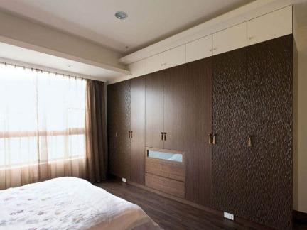 现代风格三居室主卧嵌入式整体衣柜装修设计图