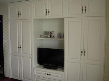 现代简约风卧室白色多功能衣柜装修设计图