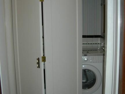 现代简约风格卫生间白色隐形门装修效果图