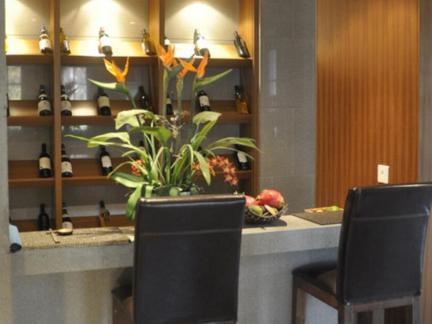 东南亚风格三居室客厅吧台装修效果图欣赏
