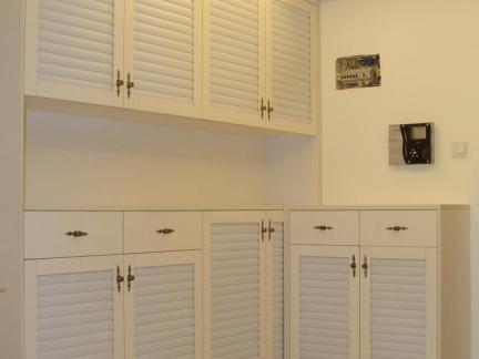 现代风格白色实木门口鞋柜装修效果图