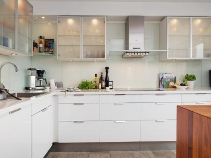 白色整洁橱柜设施厨房空间简约风格装修设计
