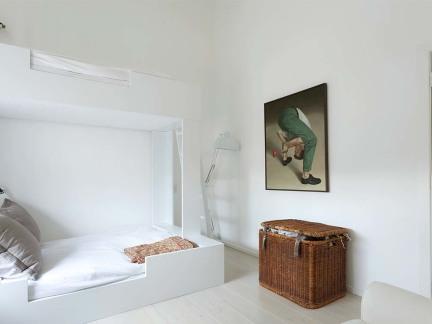 明亮白色简约风格卧室床铺装修实景图