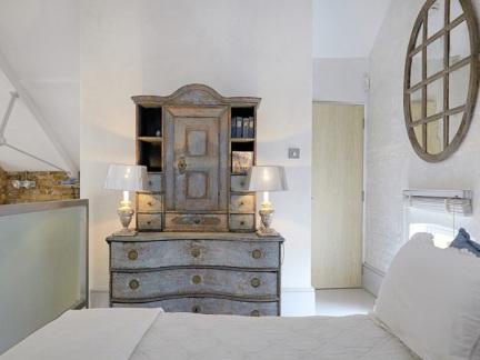简欧风格舒适卧室复古储物柜图片