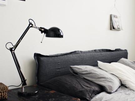 后现代卧室黑色实木床头柜装修设计