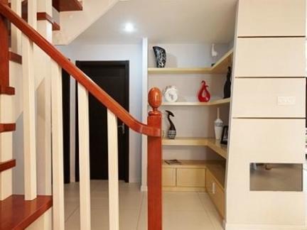 现代复式楼实木楼梯装修设计