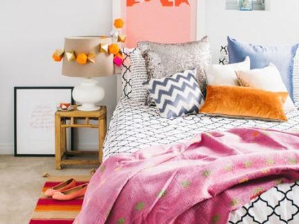 田园时尚风格卧室配原木色床头柜装修效果图