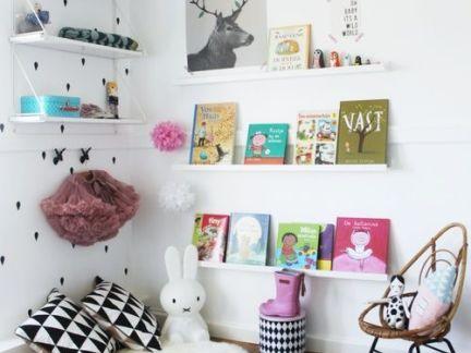 室内简约风格儿童房配白色书架装修效果图