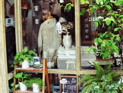 时尚中式杂货店门面原木色花架装修设计