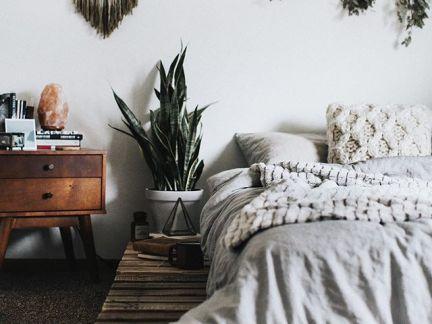 个性简约北欧风卧室原木色床头柜图片