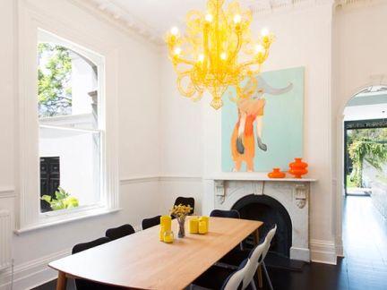 恬静优美欧式餐厅黄色吊灯样板间