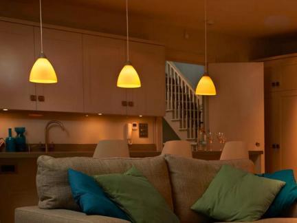 现代创意风格客厅黄色灯具样板间