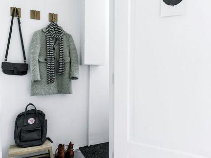 北欧玄关处白色的鞋柜设计效果图