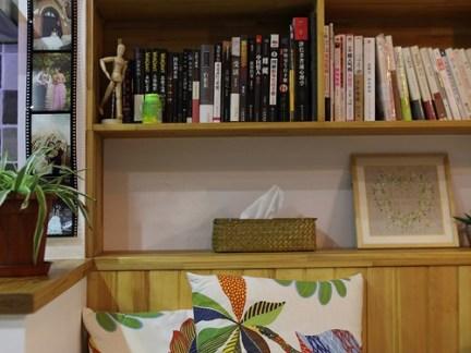 现代中式风格书房配原木色书架装修效果图