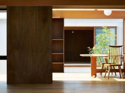 现代中式风格玄关处原木色书桌装修效果图