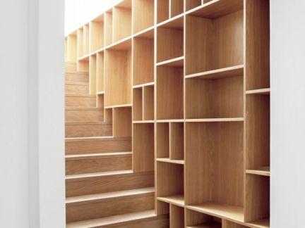 现代简约风格玄关楼梯处原木色书架装修效果图