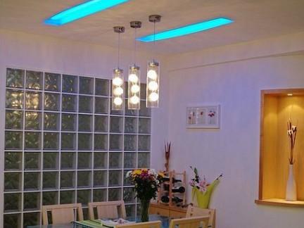 现代中式风格餐厅原木色餐桌样板间