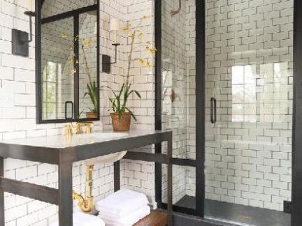简欧风格卫生间白色瓷砖背景墙设计图