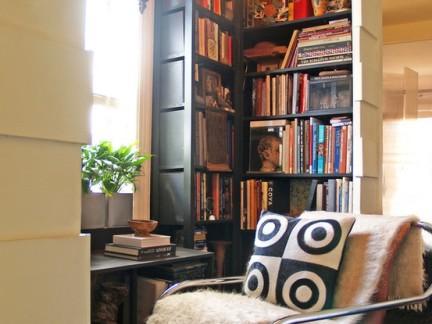 西式古典风格客厅黑色书柜设计