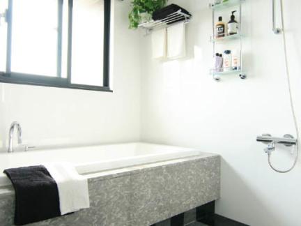 现代简约风格卫生间灰色浴缸样板间